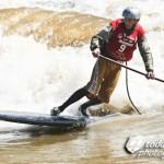 SUP Surfing auf dem Fluss