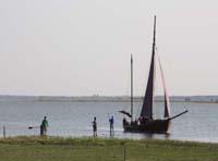 Stand Up Paddeln und Segelboot