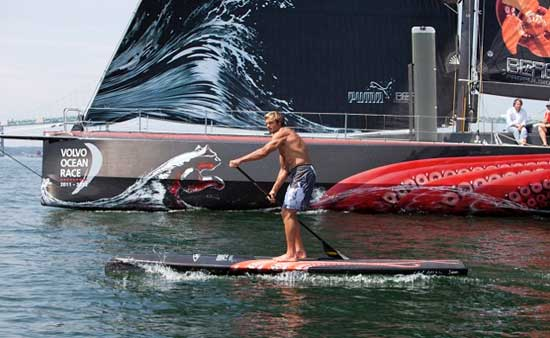 Laird Hamilton mit SUP am Start des Volvo Ocean Race