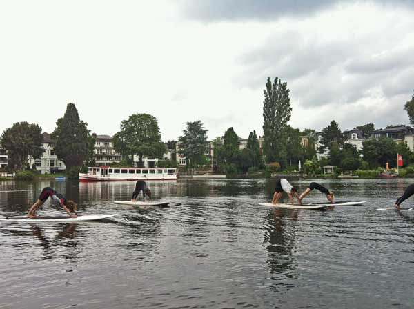 SUP CLUB HAMBURG bietet SUP Yoga an