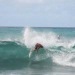 Vorne-Surfen-hinten-Connor-Baxter-bei-der-Arbeit