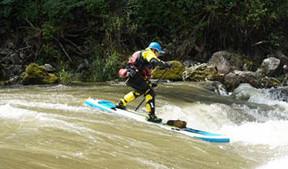 Stand-Up-Paddler im Wildwasser-Rausch
