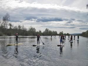 Stand Up Paddel Gruppe af dem Fluss