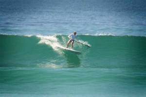 Bottom_turn_SUP-surfing