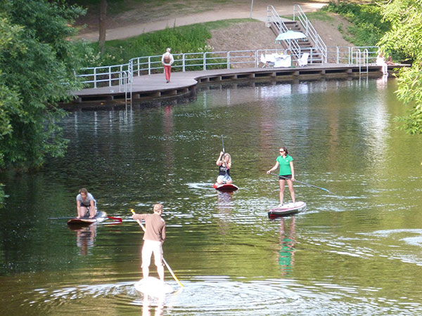 Stand-Up-Paddler-auf-dem-Kanal
